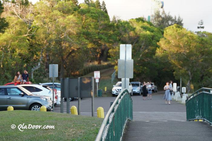タンタラスの丘のオプショナルツアーに参加している観光客