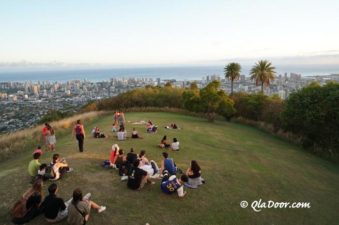 タンタラスの丘の夜景ツアーに参加している観光客達