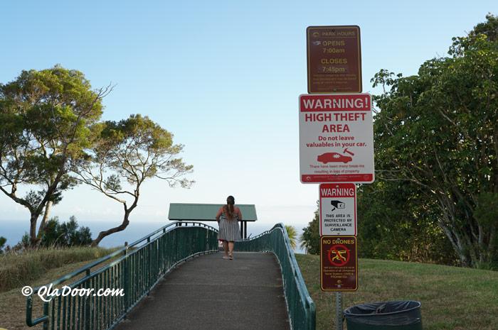 ハワイ・タンタラスの丘は危険・車上荒らし注意の看板