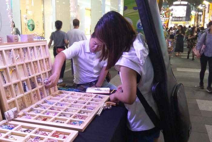キーホルダーのオーダーメイドをする台湾女性