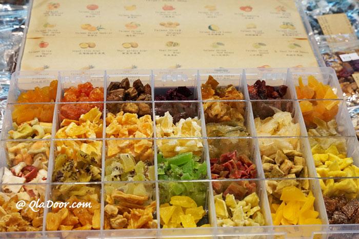 台北・ディファジエ商店街ではドライフルーツの試食もできる