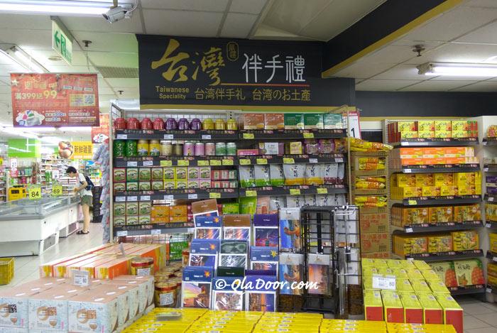 台北のスーパーマーケットは安くてお得なお土産コーナーがたくさんある